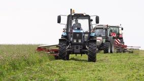 Γραμμή μηχανών γεωργίας που κόβει στο περιθώριο χλόης στο αγρόκτημα απόθεμα βίντεο