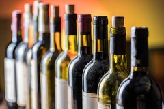 Γραμμή μπουκαλιών κρασιού Κινηματογράφηση σε πρώτο πλάνο στοκ φωτογραφία με δικαίωμα ελεύθερης χρήσης