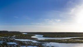 Γραμμή ομορφιάς ελών ποταμών μπλε ουρανού Στοκ Εικόνες
