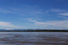 Γραμμή οριζόντων μεταξύ του ποταμού και του ουρανού Στοκ Εικόνες