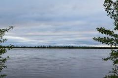 Γραμμή οριζόντων μεταξύ του ποταμού και του ουρανού Στοκ εικόνα με δικαίωμα ελεύθερης χρήσης