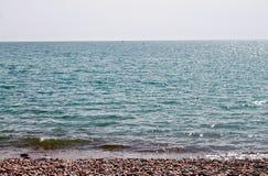 Γραμμή ουρανού θάλασσας παραλιών χαλικιών στοκ εικόνα με δικαίωμα ελεύθερης χρήσης