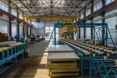 Γραμμή παραγωγής επιτροπής σάντουιτς θερμικής μόνωσης Εργαλεία μηχανών, μεταφορέας κυλίνδρων και γερανός ατσάλινων σκελετών στο ε Στοκ Εικόνες