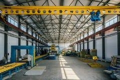 Γραμμή παραγωγής επιτροπής σάντουιτς μόνωσης Εργαλεία μηχανών, μεταφορέας κυλίνδρων και γερανός ατσάλινων σκελετών στο εργαστήριο Στοκ φωτογραφίες με δικαίωμα ελεύθερης χρήσης