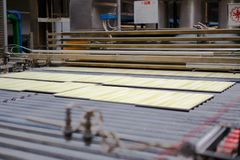Γραμμή παραγωγής με τα κεραμικά κεραμίδια στοκ φωτογραφία