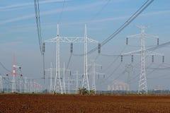 Γραμμή πυλώνων και πυρηνικού σταθμού ηλεκτρικής ενέργειας Στοκ Εικόνες