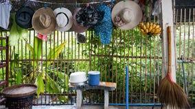 Γραμμή πλύσης αγροτικών σπιτιών με τα καπέλα και τα φρούτα Στοκ Εικόνες