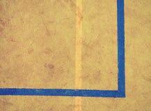 Γραμμή στο φτωχό τομέα σχολικού ποδοσφαίρου ή χάντμπολ Φθαρμένο πράσινο κόκκινο τριχωτό ταρτάν Στοκ Εικόνα