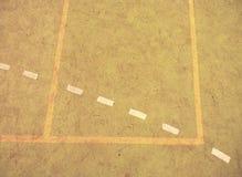 Γραμμή στο φτωχό τομέα σχολικού ποδοσφαίρου ή χάντμπολ Φθαρμένο πράσινο κόκκινο τριχωτό ταρτάν Στοκ Εικόνες