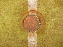 Γραμμή στο φτωχό τομέα σχολικού ποδοσφαίρου ή χάντμπολ Φθαρμένο πράσινο κόκκινο τριχωτό ταρτάν Στοκ φωτογραφίες με δικαίωμα ελεύθερης χρήσης