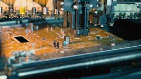 Γραμμή συνελεύσεων σε ένα εργοστάσιο φορητών προσωπικών υπολογιστών απόθεμα βίντεο