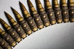 Γραμμή σφαιρών σε ένα υπόβαθρο ως έγκλημα, βία, πόλεμος, σύγκρουση, μ Στοκ εικόνες με δικαίωμα ελεύθερης χρήσης