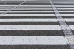 γραμμή σχεδίων ζέβους περάσματος στη ραγισμένη οδός επιφάνεια grunge στοκ εικόνες