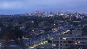 Γραμμή τραίνων σε Chatswood NSW με την πόλη του Σίδνεϊ στο χρόνο λυκόφατος χρονικού σφάλματος υποβάθρου απόθεμα βίντεο