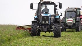 Γραμμή τρακτέρ γεωργίας που οδηγούν στο περιθώριο χλόης στο αγρόκτημα απόθεμα βίντεο