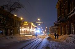 Γραμμή τραμ και ιστορικά κτήρια στην οδό Sovetskaya στο Τομσκ στοκ φωτογραφία