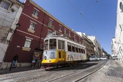 Γραμμή τραμ της Λισσαβώνας nr. 28 Alfama Στοκ Φωτογραφία