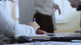 Γραμματέας γυναικών έτοιμος να γράψει στο σημειωματάριο, που περιμένει τις οδηγίες από τον προϊστάμενο απόθεμα βίντεο