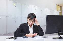 Γραμματέας που κάθεται στην ανήσυχη στάση λόγω του σύνθετου και του δύσκολου έργου Στοκ Εικόνες