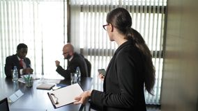 Γραμματέας που μιλά στο τηλέφωνο και που κραυγάζει στους επιχειρηματίες κατά τη διάρκεια της συνεδρίασης απόθεμα βίντεο