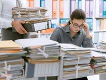 Γραμματέας που συντρίβεται νέος από την εργασία στοκ εικόνες