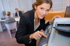 Γραμματέας που χρησιμοποιεί τη μηχανή φωτοτυπιών Στοκ Εικόνες