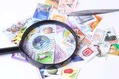 Γραμματόσημο κάτω από πιό magnifier Στοκ εικόνες με δικαίωμα ελεύθερης χρήσης