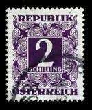 Γραμματόσημο που τυπώνεται στην Αυστρία, παρουσιάζουν οι αριθμοί, γραμματόσημα ονομαστικής αξίας Στοκ Φωτογραφία