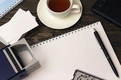 Γραμματόσημο, τσάι, σημειωματάριο και μάνδρα Στοκ Εικόνα