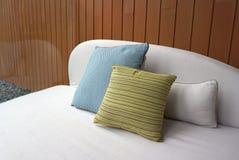 Γραμμικό μαξιλάρι σχεδίων χρώματος ασβέστη και μπλε μαξιλάρι χρώματος Στοκ φωτογραφία με δικαίωμα ελεύθερης χρήσης