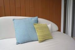Γραμμικό μαξιλάρι σχεδίων χρώματος ασβέστη και μπλε μαξιλάρι χρώματος Στοκ φωτογραφίες με δικαίωμα ελεύθερης χρήσης