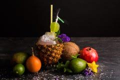 Γρανάτης, καρύδα, carambola και εσπεριδοειδή σε ένα μαύρο υπόβαθρο Μια σύνθεση των εξωτικών φρούτων και multifruit του χυμού Στοκ εικόνες με δικαίωμα ελεύθερης χρήσης