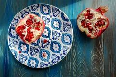 Γρανάτης στο πιάτο με το μπλε και άσπρο πιάτο Στοκ Εικόνες
