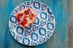 Γρανάτης στο πιάτο με το μπλε και άσπρο πιάτο Στοκ φωτογραφία με δικαίωμα ελεύθερης χρήσης