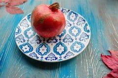 Γρανάτης στο πιάτο με το μπλε και άσπρο πιάτο Στοκ Φωτογραφία