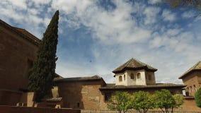 Γρανάδα, Ανδαλουσία, Ισπανία - 17 Απριλίου 2016: Alhambra κήποι δέντρων εγκαταστάσεων και ιστορική δομή κτηρίων απόθεμα βίντεο