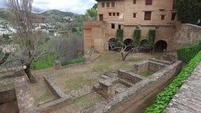 Γρανάδα, Ανδαλουσία, Ισπανία - 17 Απριλίου 2016: Alhambra κήποι δέντρων εγκαταστάσεων και ιστορική δομή κτηρίων φιλμ μικρού μήκους