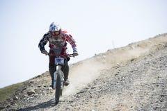 ΓΡΑΝΑΔΑ, ΙΣΠΑΝΙΑ - 30 ΙΟΥΝΊΟΥ: Άγνωστος δρομέας στον ανταγωνισμό του φλυτζανιού DH 2013, οροσειρά Νεβάδα ποδηλάτων του Bull ποδηλά Στοκ Εικόνες