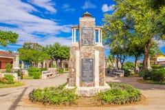 ΓΡΑΝΑΔΑ, ΝΙΚΑΡΑΓΟΥΑ, 14 ΜΑΪΟΥ, 2018: Αρχαίες πέτρινες στήλες που ευθυγραμμίζουν τη διάβαση πεζών στο πάρκο Xalteva μέσα κεντρικός Στοκ εικόνες με δικαίωμα ελεύθερης χρήσης