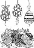 Γραπτά αυγά Πάσχας που απομονώνονται στο λευκό Αφηρημένο υπόβαθρο φιαγμένο από λουλούδια και αυγά Πάσχας Στοκ Εικόνα