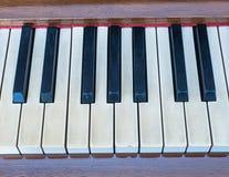 Γραπτά κλειδιά του παλαιού πιάνου στοκ εικόνες