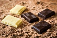 Γραπτά κομμάτια σοκολάτας στη σκόνη σοκολάτας Στοκ εικόνα με δικαίωμα ελεύθερης χρήσης