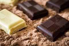 Γραπτά κομμάτια σοκολάτας στη σκόνη σοκολάτας Στοκ φωτογραφία με δικαίωμα ελεύθερης χρήσης