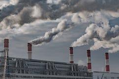Γραπτές άνοδοι καπνού στον ουρανό από τους μεγάλους σωλήνες στοκ εικόνα με δικαίωμα ελεύθερης χρήσης