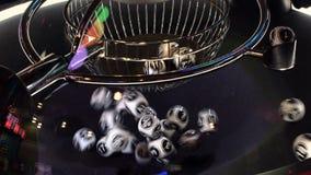 Γραπτές σφαίρες λαχειοφόρων αγορών σε μια περιστρεφόμενη μηχανή bingo 4K φιλμ μικρού μήκους
