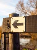 Γραπτή αημένη μαύρη σημάδι ξύλινη θέση τρόπων κατεύθυνσης outsid Στοκ φωτογραφία με δικαίωμα ελεύθερης χρήσης