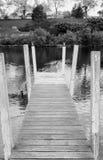 Γραπτή γέφυρα παράλληλα με τον ποταμό Στοκ Εικόνες