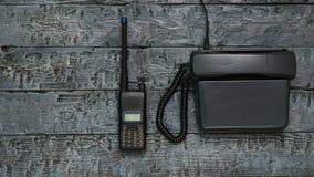 Γραπτή εικόνα walkie-talkie και ενός τηλεφώνου σε έναν ξύλινο πίνακα στοκ εικόνα με δικαίωμα ελεύθερης χρήσης