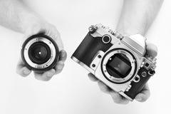 Γραπτή κάμερα φωτογραφιών SLR στο φωτογράφο χεριών Στοκ Φωτογραφίες