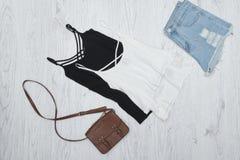 Γραπτή κορυφή δεξαμενών, τσάντα και σχισμένα σορτς τζιν Fashi Στοκ Φωτογραφία